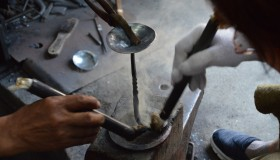 鍛冶工房での燭台づくり