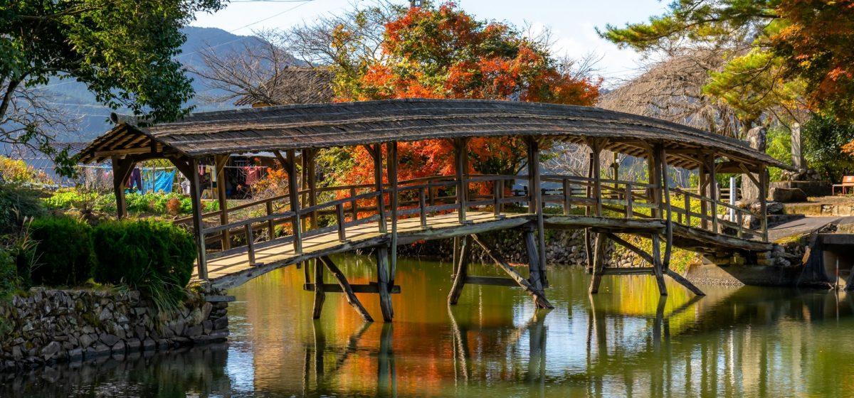 秋の弓削神社の太鼓橋(石畳地区)